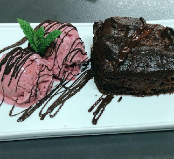Brownie con helado de queso cremoso y frutos rojos (Receta KETO)